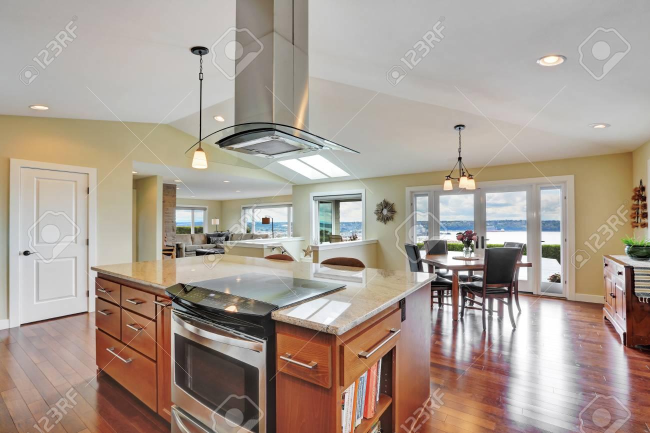 Luxus Haus Interieur Mit Modernen Küche. Bar Küche Insel Mit Kapuze,  Edelstahl Doppeltür