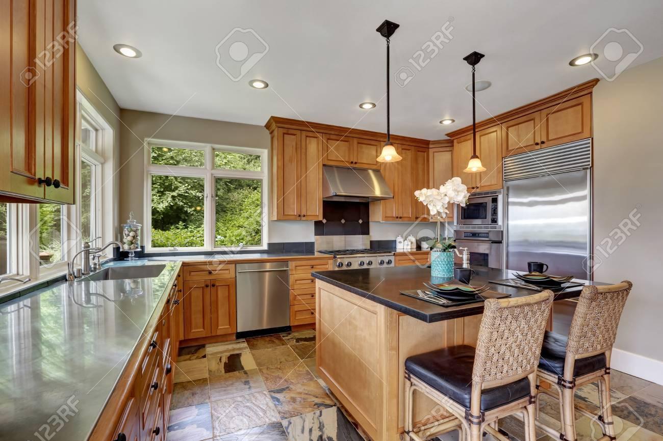 Moderne Küche Innenraum Mit Neuen Edelstahl-Geräte, Insel Mit ...