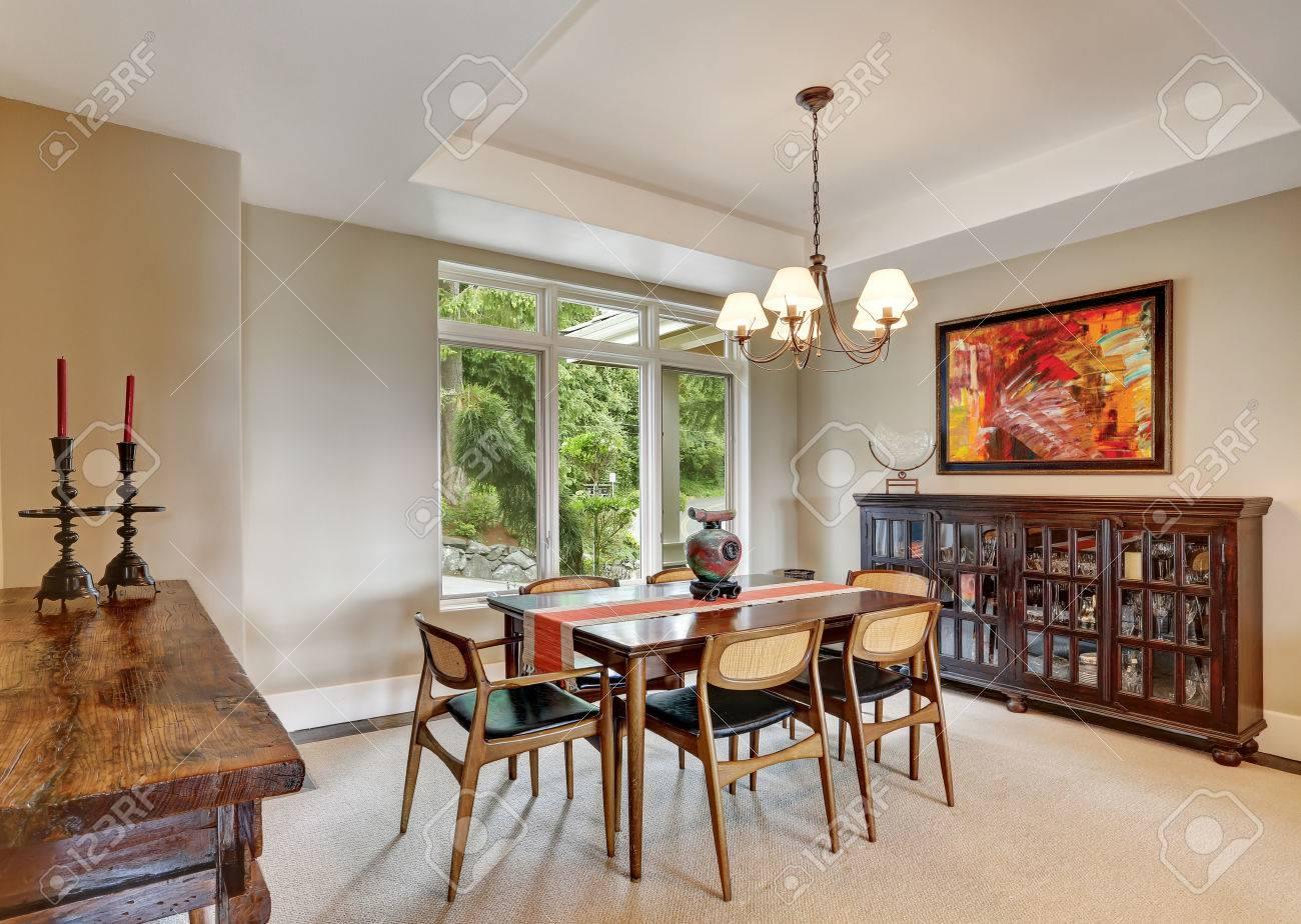 Salle A Manger Retro clôturé salle à manger intérieure avec détails rétro, armoire vintage avec  des trucs de verre en elle, table à manger avec des chaises antiques et