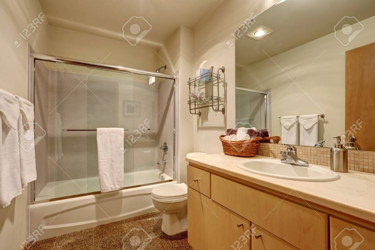 Cuarto De Baño Interior Tradicional En Casa Americana. Tiene Pisos ...