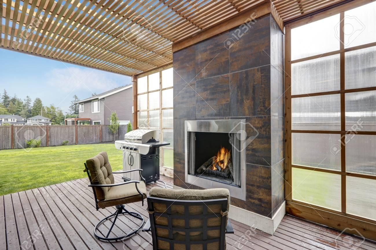 Overdekt terras in luxueus huis er is een open haard met bruine