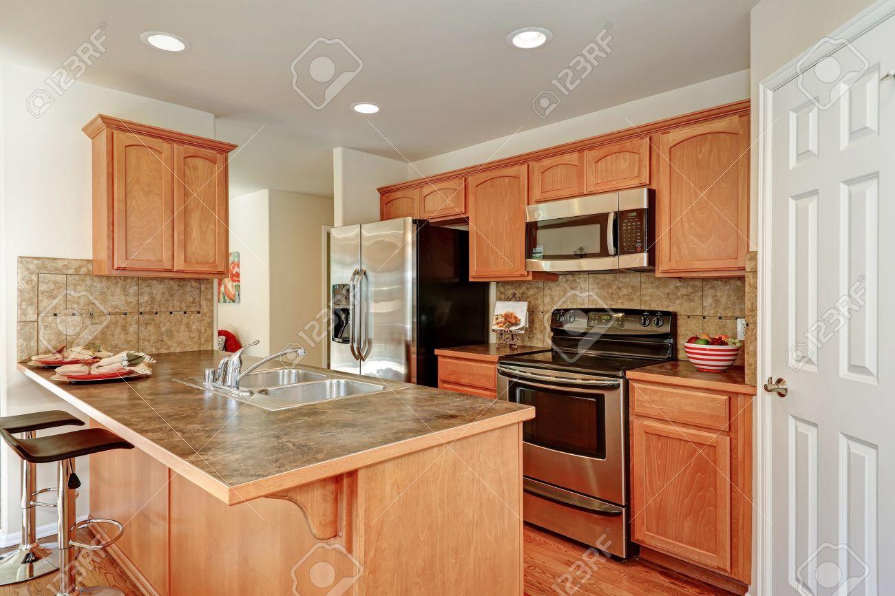 Amerikanische Küche Zimmer In Braun Und Weiß Farben Mit Backsplash Fliesen,  Bar Stil Küche Insel