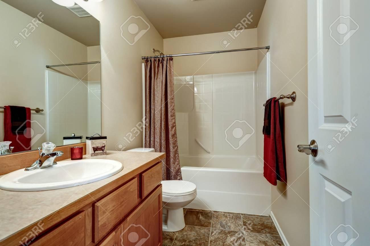 Bagno Beige E Marrone : Bagno interno nei colori beige e marrone armadietto di vanità in