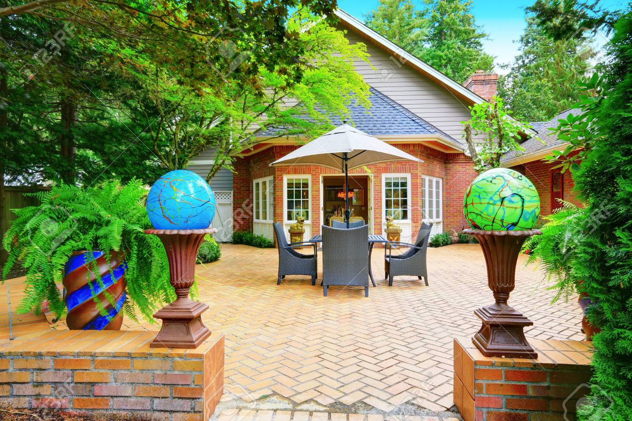Luxus Rotem Backstein Haus Aussen Gepflasterte Terrasse Mit Globus