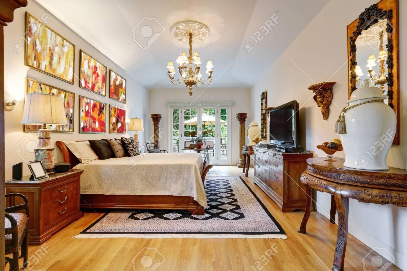 De Lujo Dormitorio Principal Interior Con Muebles Antiguos De Madera ...