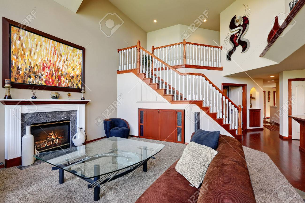 Salon Américain Avec Plafond Voûté Et Haut Escalier. Brown Canapé D ...