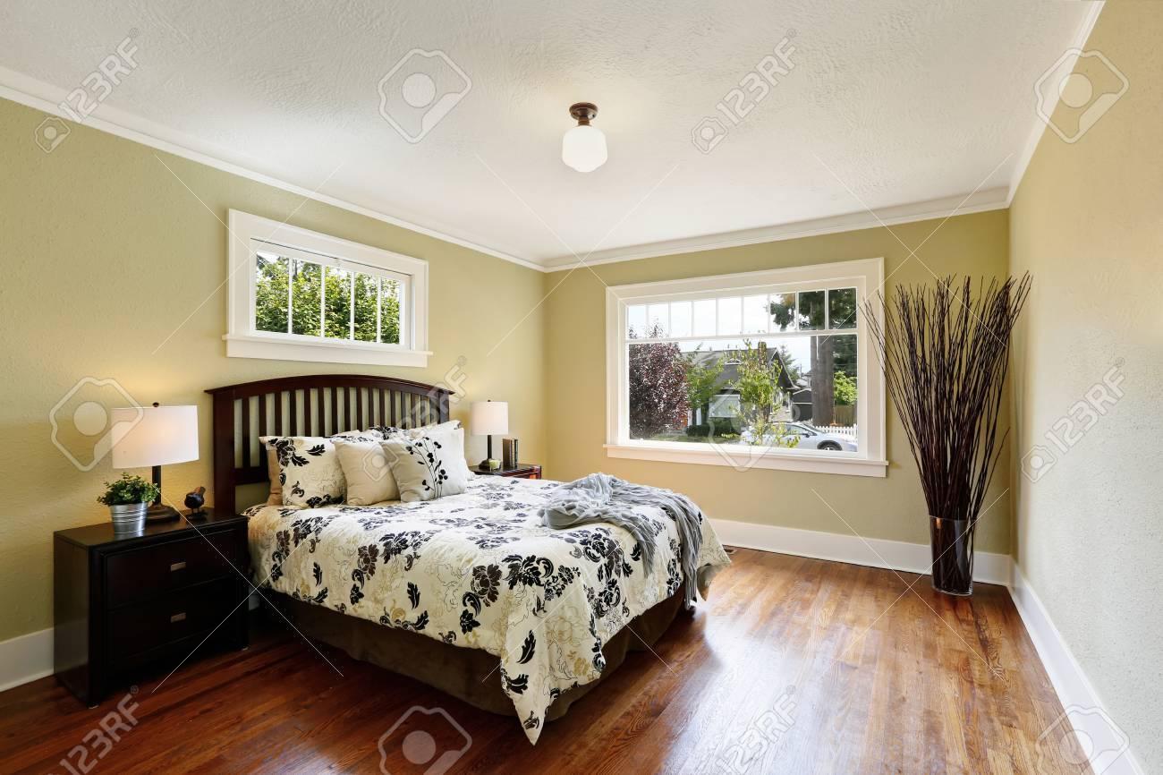 Lieblich Gemütliches Schlafzimmer Interieur. Queen Size Bett Mit Blumen Gemusterten  Betten, Zimmer Mit