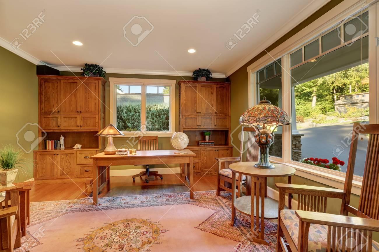 Grand intérieur de bureau à la maison avec des murs en vert olive