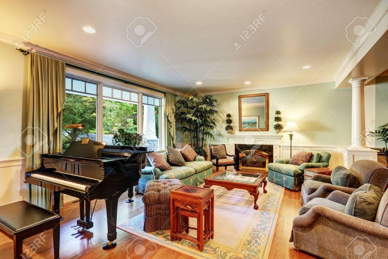 Design intérieur confortable salon américain classique avec piano et d\'un  canapé confortable vert. Nord-Ouest, États-Unis