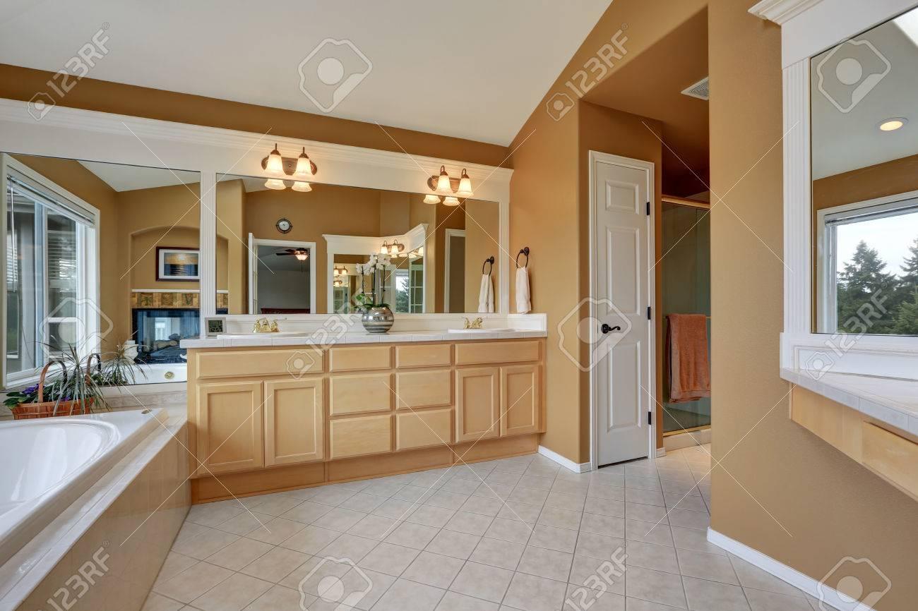 Gut Luxus Badezimmer Interieur. Orange Braunen Wänden Und Gewölbedecke. Große  Spiegel Und Zwei Waschbecken