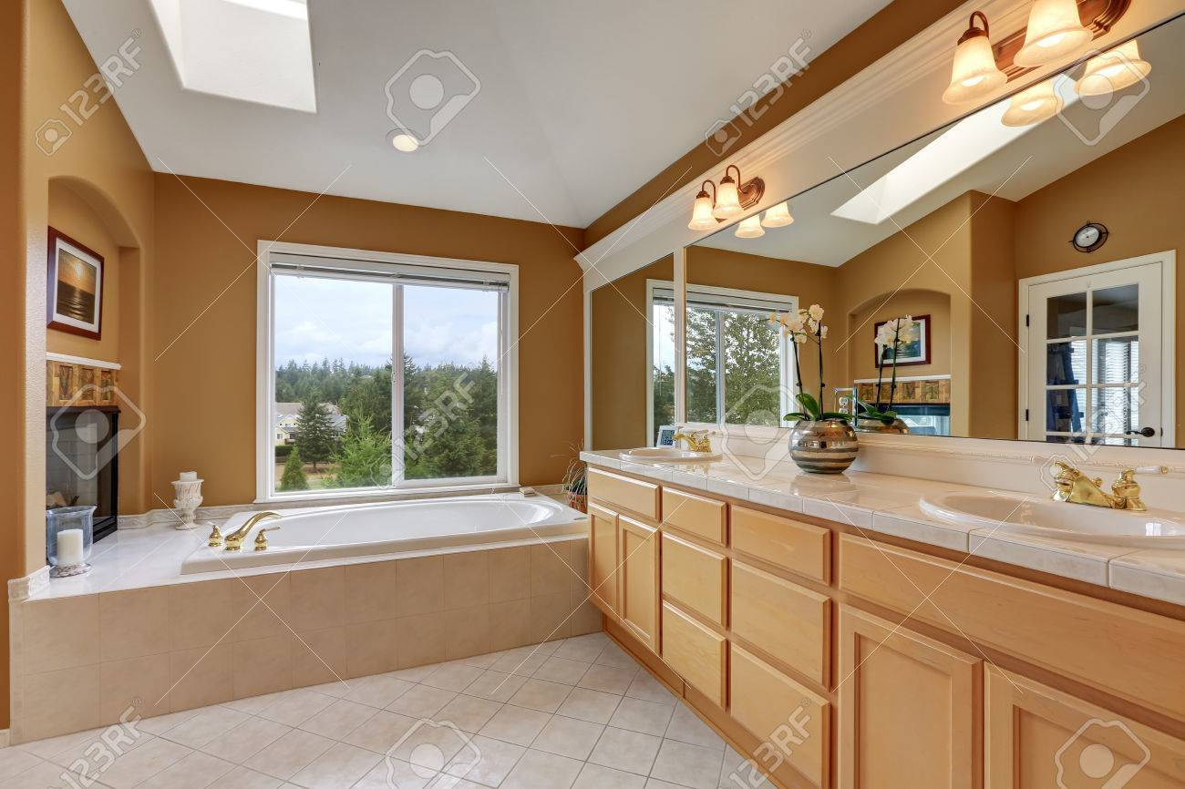 Erstaunlich Luxus Badezimmer Interieur. Orange Braunen Wänden Und Gewölbedecke Mit  Oberlicht. Große Spiegel Und