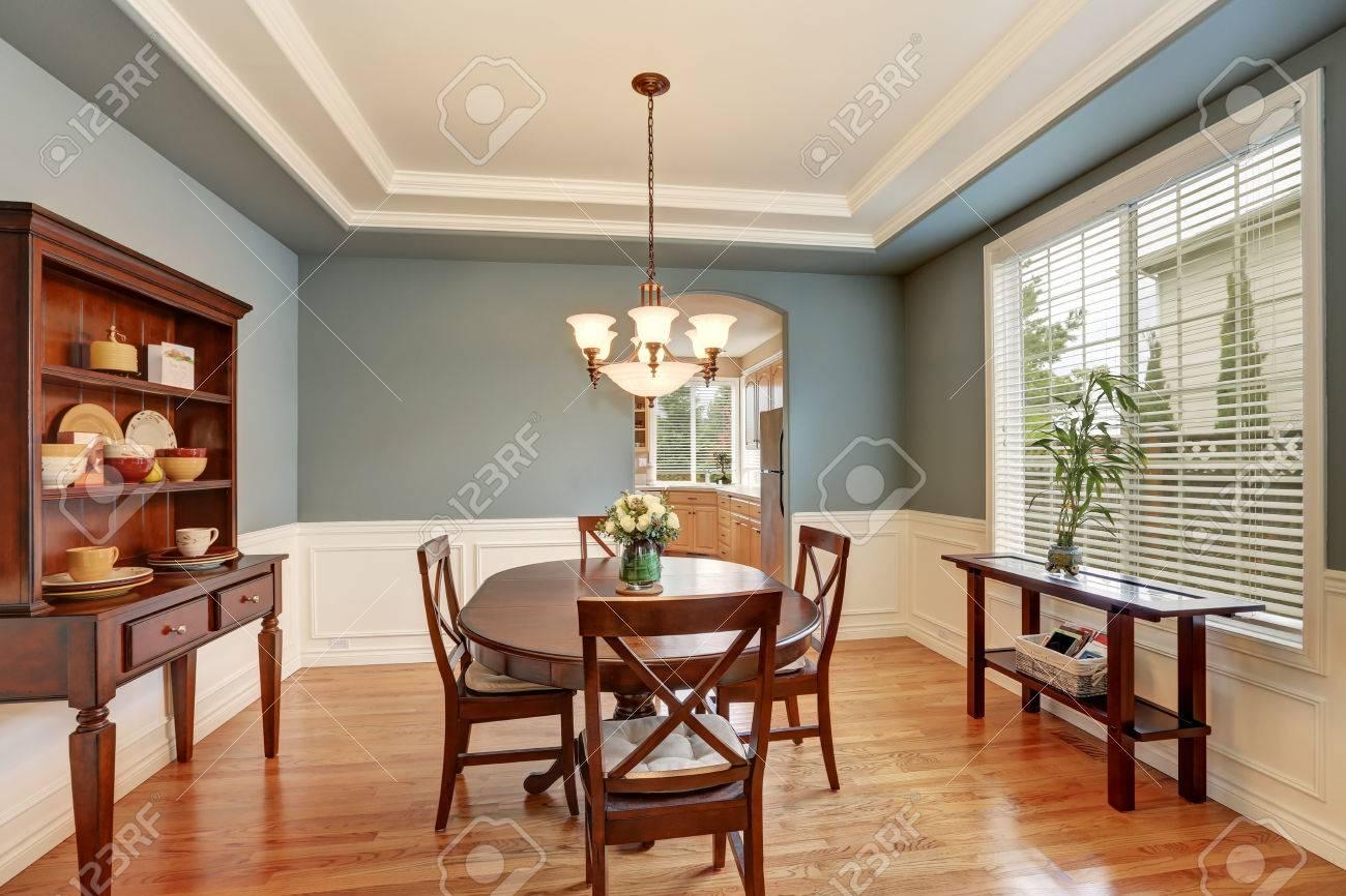 Interior Clásico Comedor Americana Con Paredes Verdes, Armario De ...