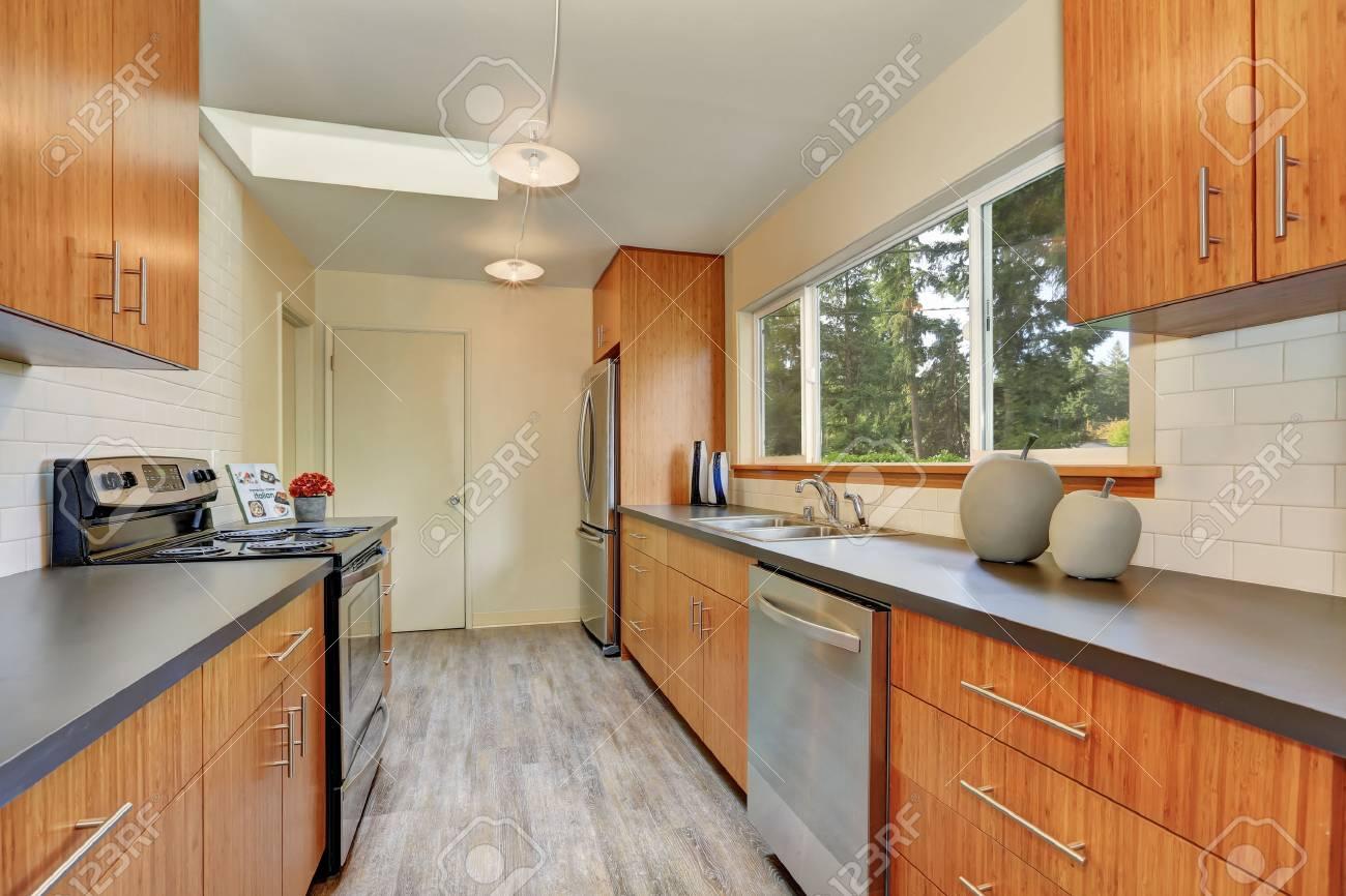 Habitación Estrecha Cocina Con Encimeras De Largos Grises, Gabinetes ...