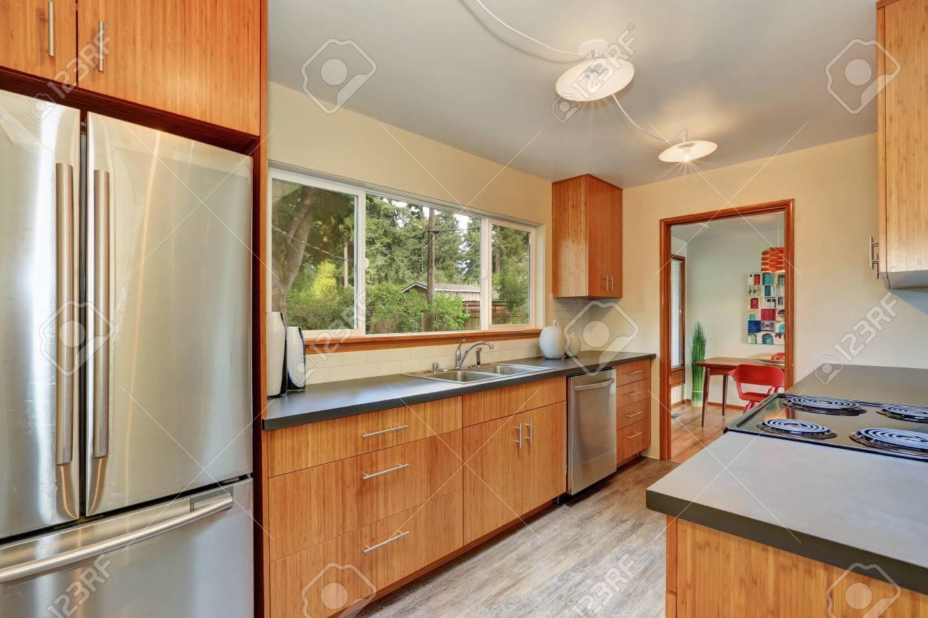 Schmale Kuchenraum Mit Langen Grauen Platten Moderne Schranke