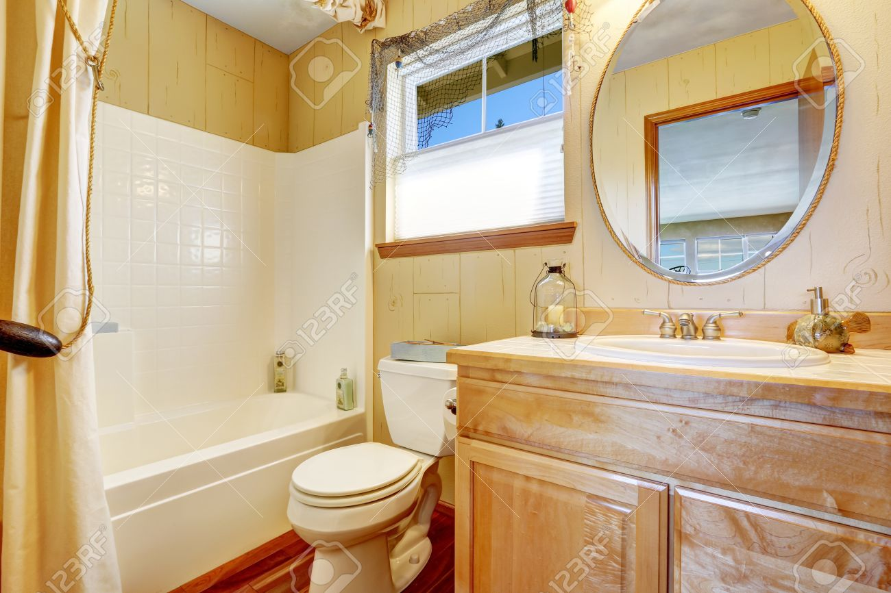 Interieur Marine Stil Badezimmer In Beige Gelbtönen, Wand Verkleidet  Trimmen Und Seine Vorhang Auf