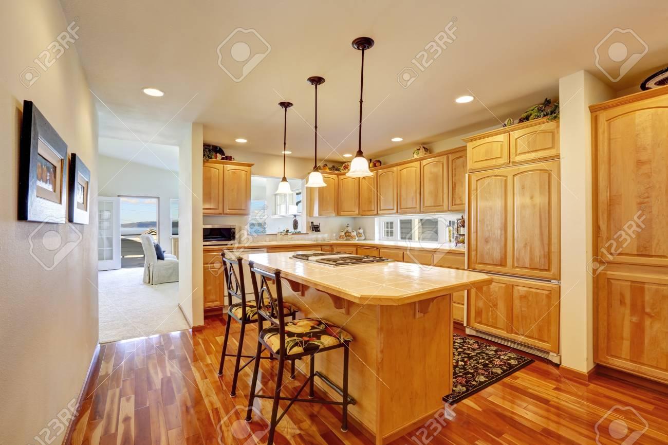 Combinazione di mobili da cucina in legno isola cucina in stile bar