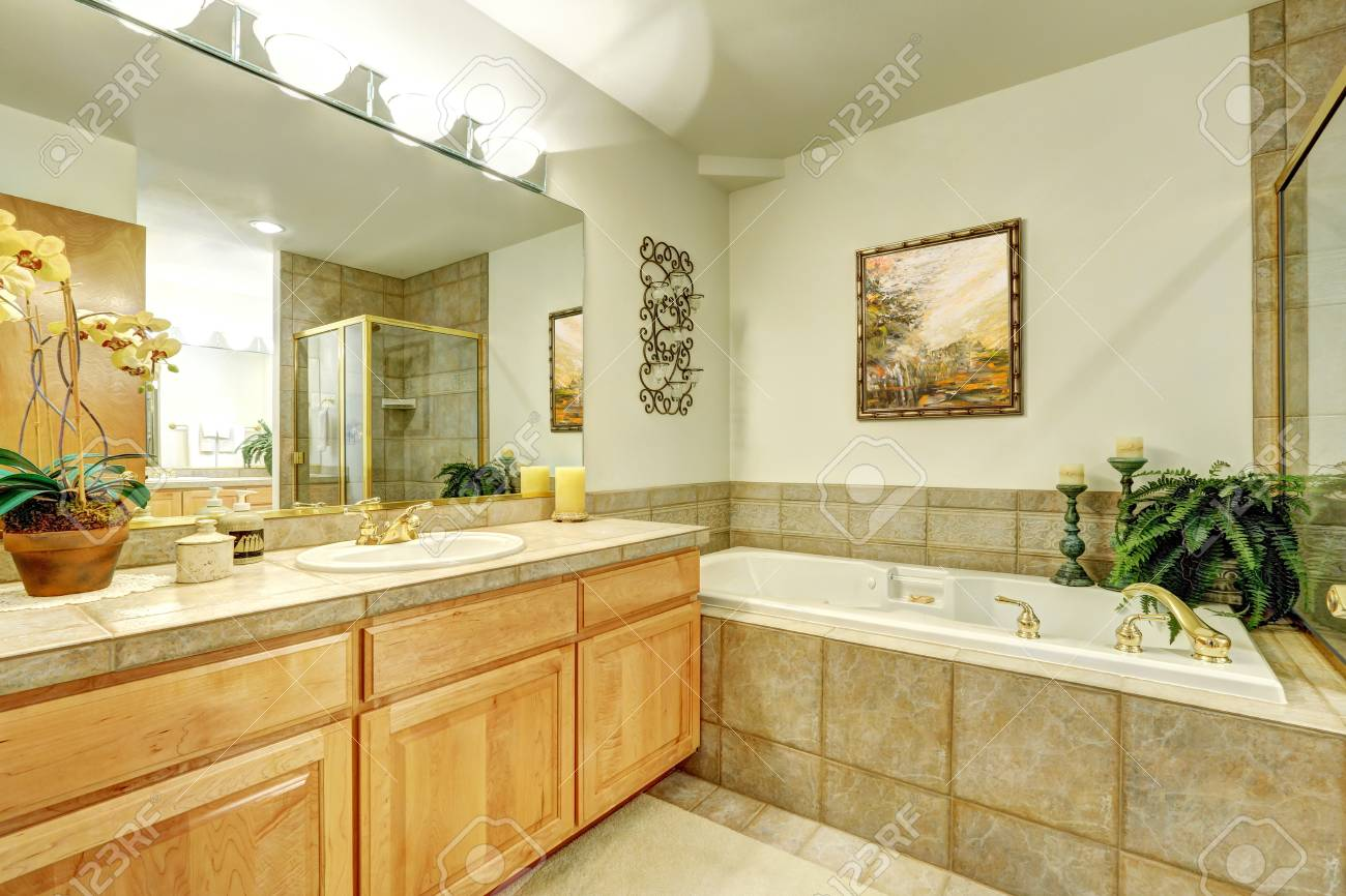 Immagini stock bagno di lusso con piastrelle di marmo e grande