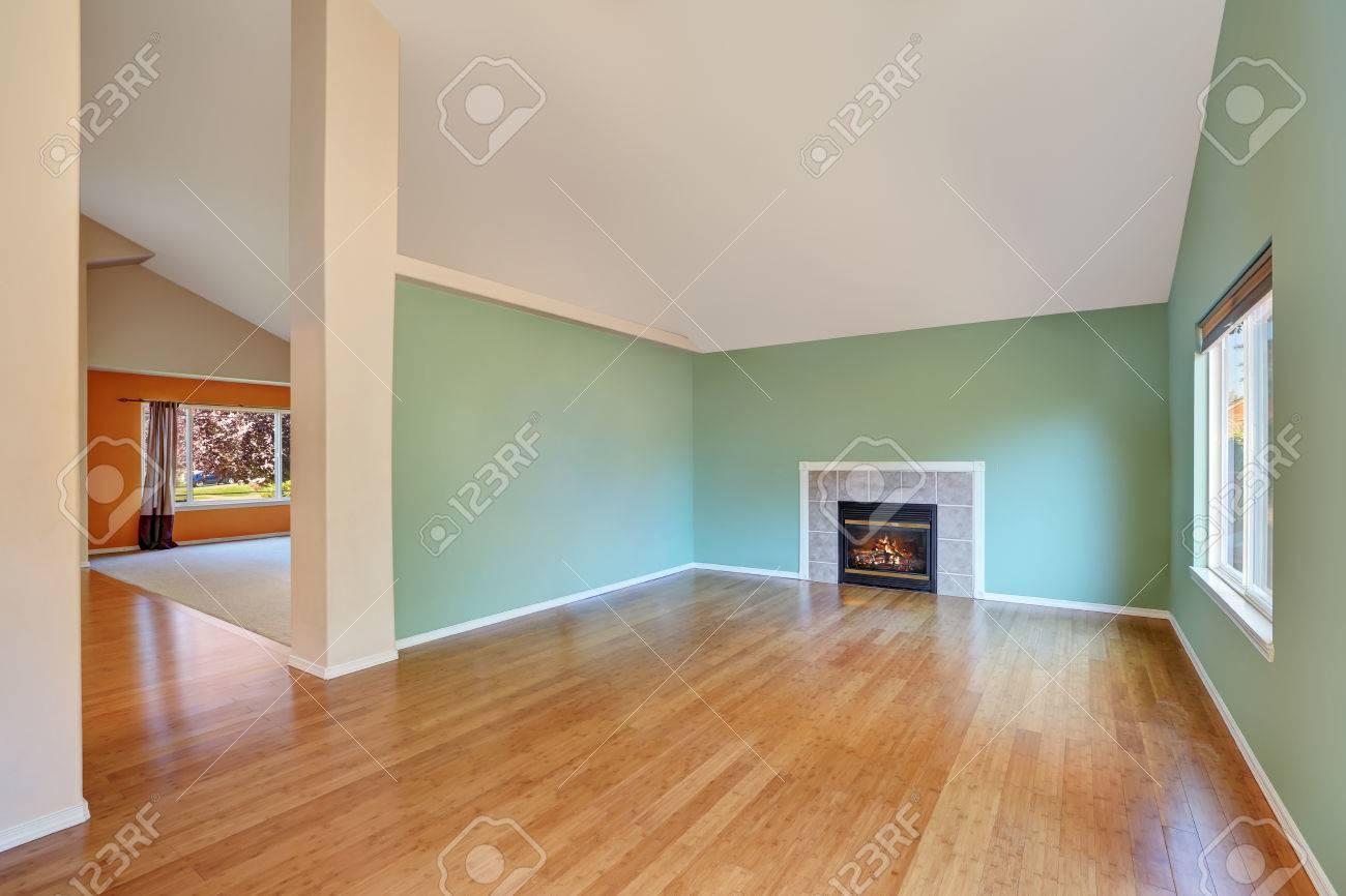 Leere Wohnzimmer Innenraum In Einem Neubau Haus. Große Zimmer ...