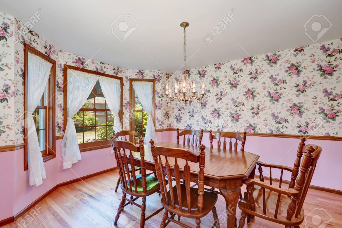 Retro look de salle à manger avec set de table en bois sculpté et parquet.  Nord-Ouest, États-Unis