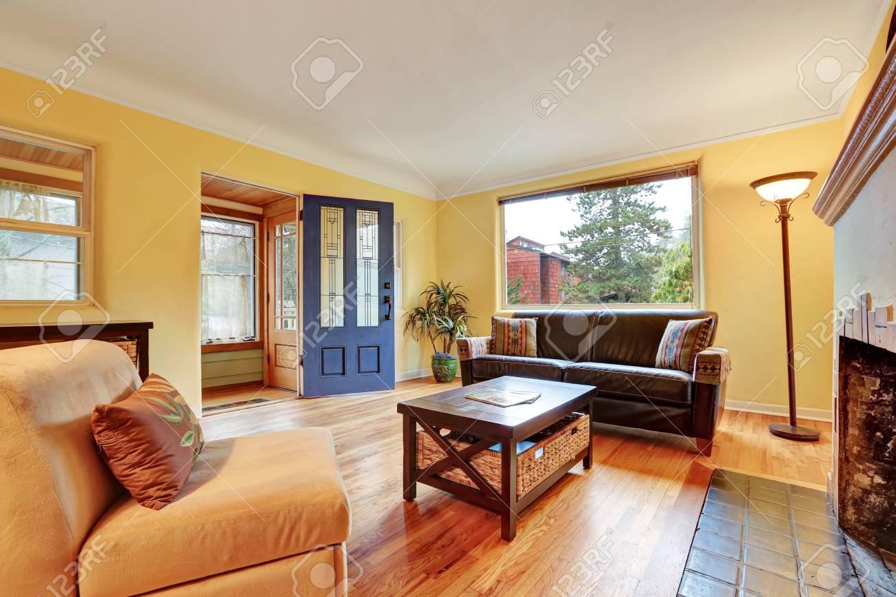 Interieur De Salon Confortable Avec Murs Jaunes Chaleureux Cheminee Et Parquet Nord Ouest Etats Unis