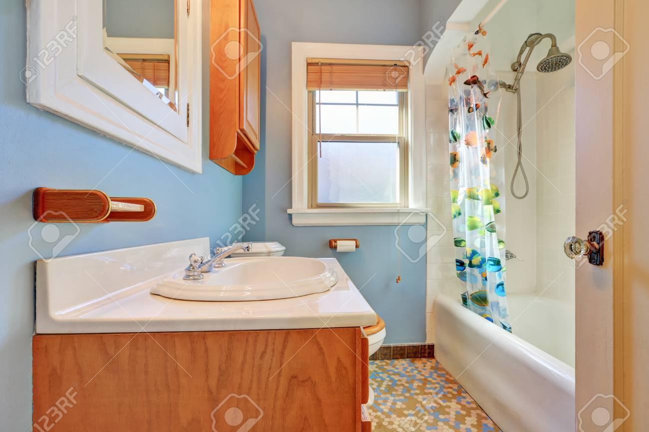 Intérieur de salle de bain coloré et chaleureux avec des appareils en  céramique à l\'ancienne dans une maison de style tudor. Nord-ouest des  États-Unis