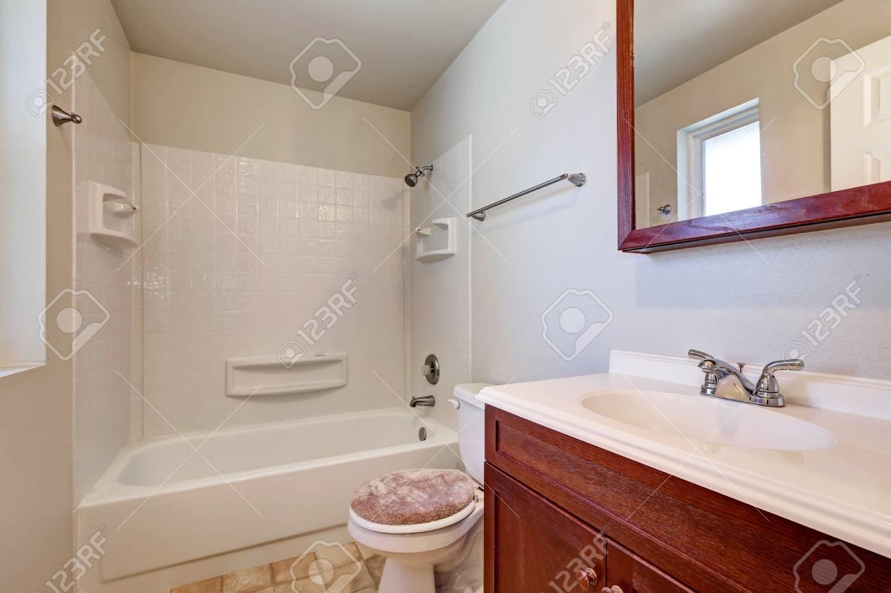 Bagno Beige E Bianco : Bagno bianco con mobile in legno di vanità vasca e doccia