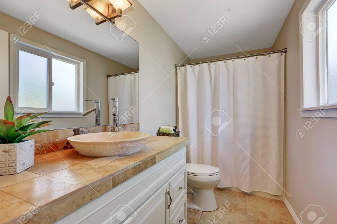 Blanc salle de bain vanité avec évier jumelé avec robinet moderne fixe en  face de carreaux dosseret bruns. Northwest, États-Unis