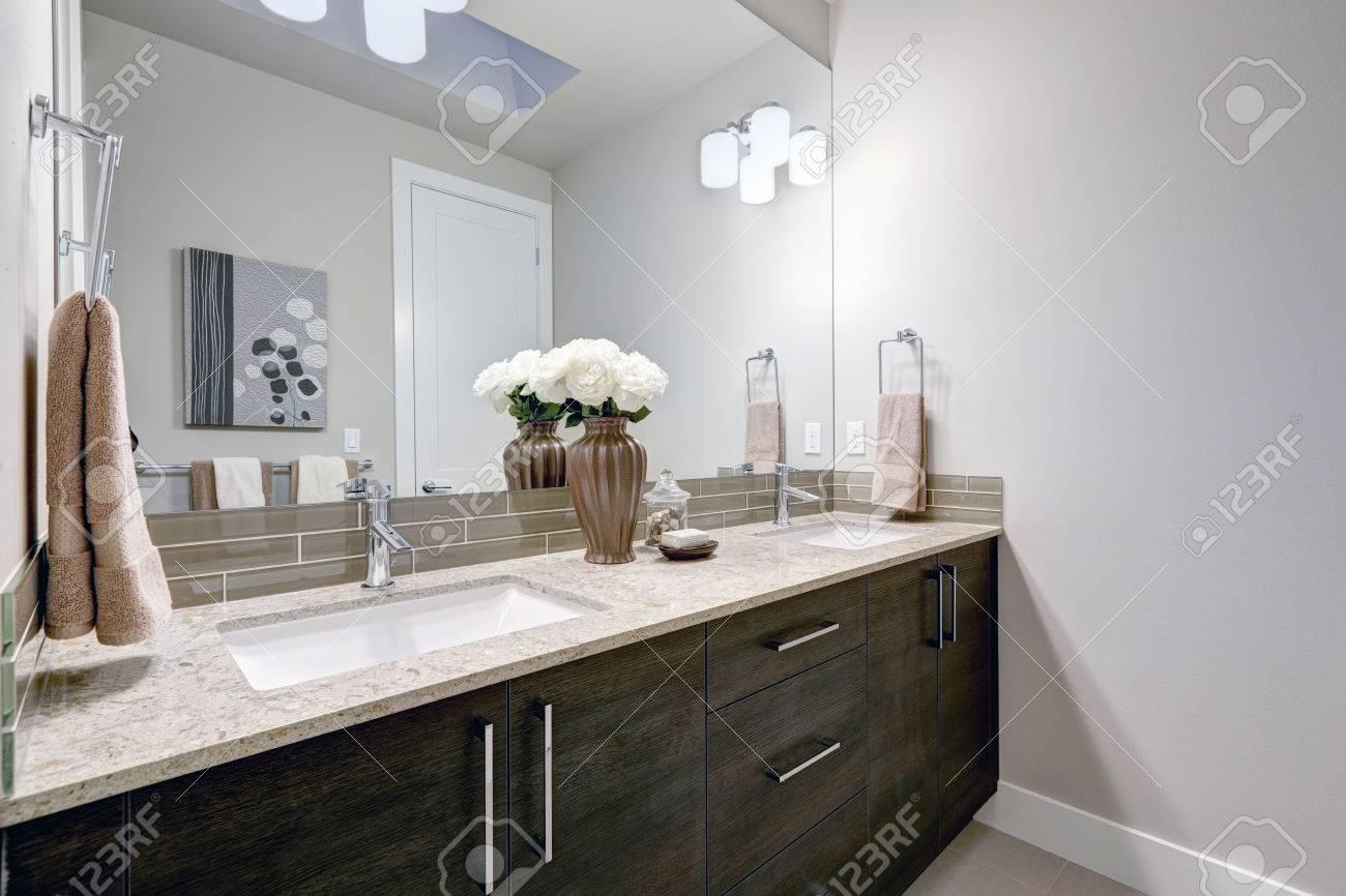 Salle de bains design gris et propre à la marque de nouvelles  fonctionnalités à la maison meuble-lavabo double avec armoires en bois  foncé, des ...