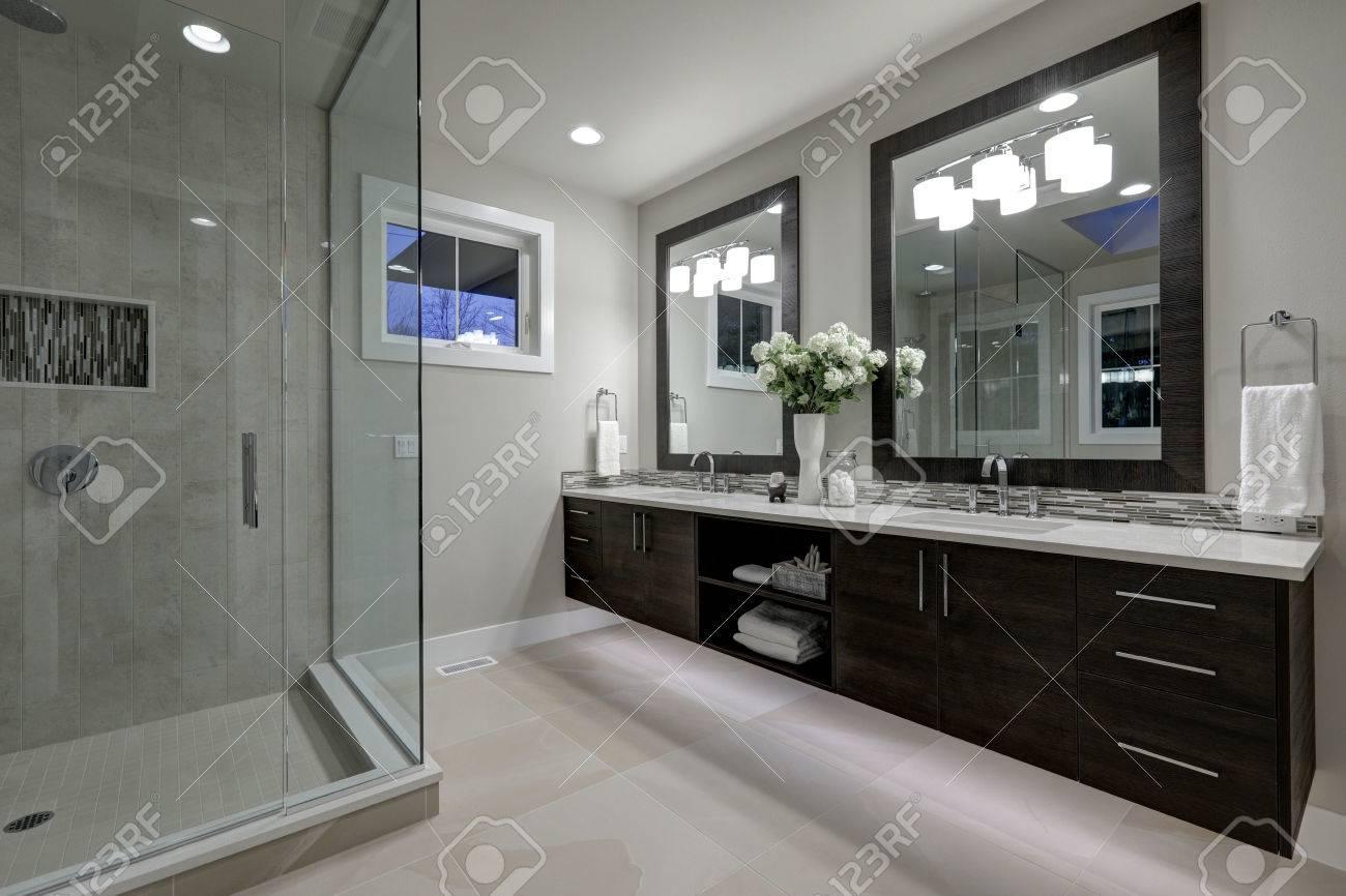 Verbazend grijze master badkamer met grote glazen walk in douche
