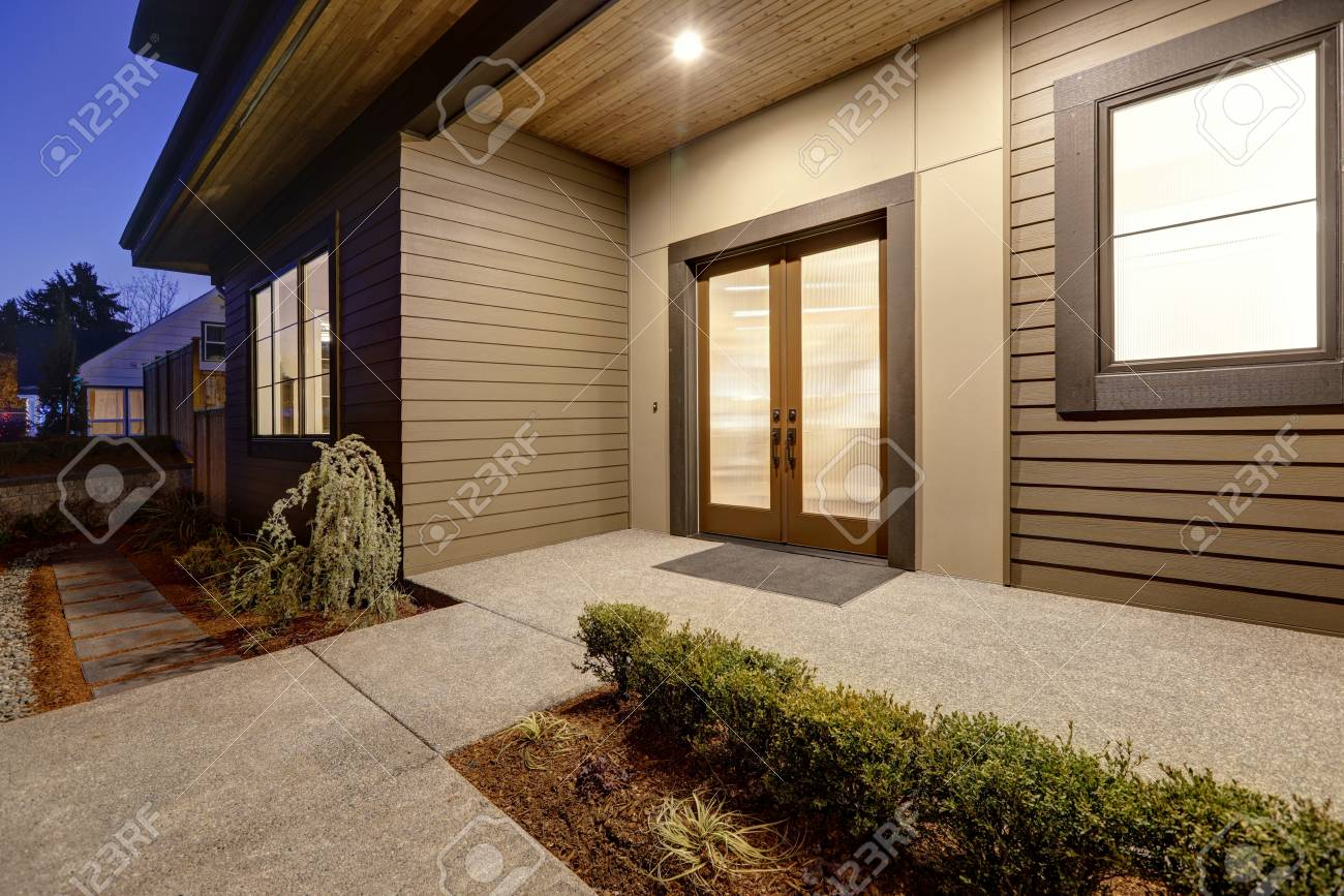 Porche D Entrée Maison Contemporaine extérieur de maison de nouvelle construction avec les caractéristiques  contemporaines de plan de maison couverte porche d'entrée avec la double  porte