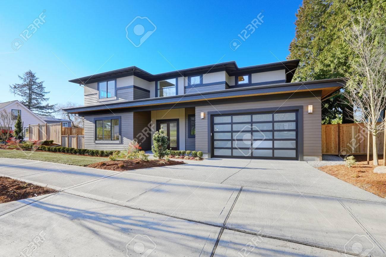 banque dimages nouvelle extrieur de la maison de construction avec plan de la maison contemporaine dispose toit de faible pente bardage brun et porte