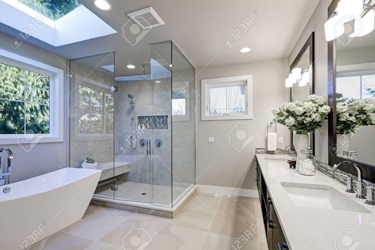 Amplio Cuarto De Baño En Tonos Grises Con Calefacción Por Suelo ...