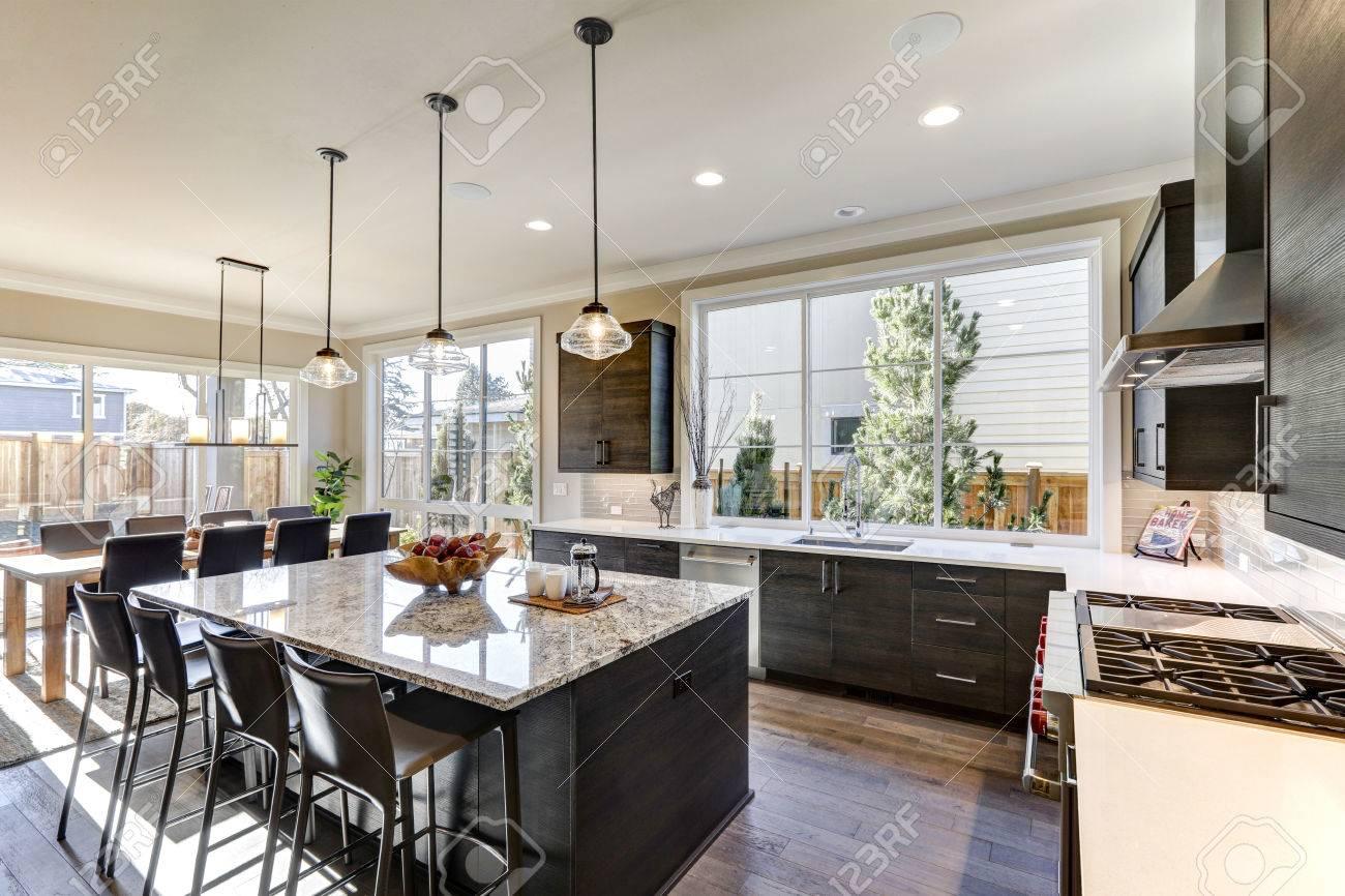 Schon Moderne Graue Küche Verfügt über Dunkelgraue Flache Frontschränke Gepaart  Mit Weißem Quarz Arbeitsplatten Und Einer