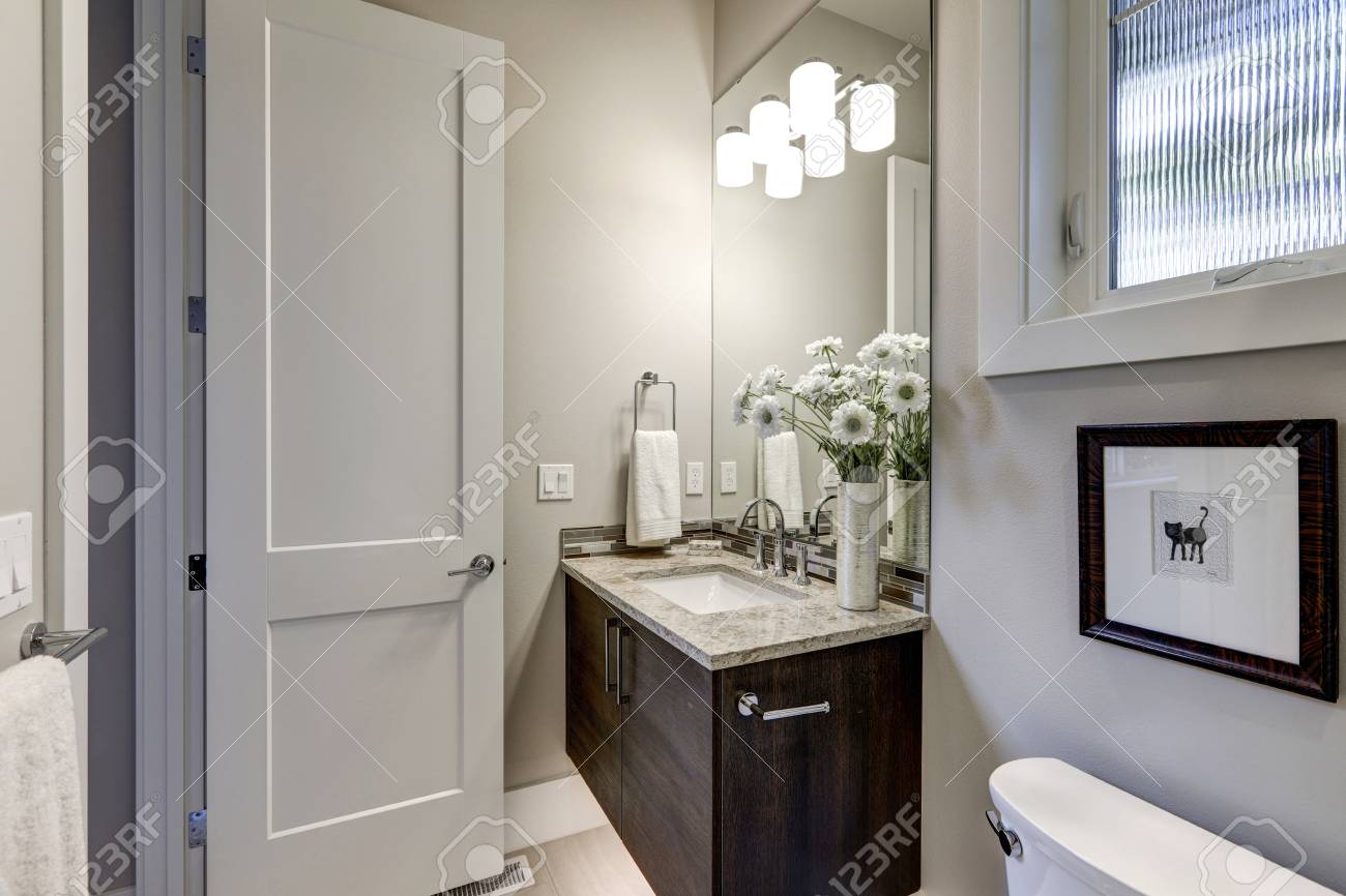 Interni Casa Grigio : L interno grigio chiaro del bagno nella casa di lusso mostra l