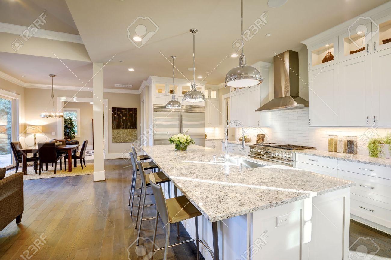 Weiße Küche Design Verfügt über Große Bar-Stil Kücheninsel Mit ...