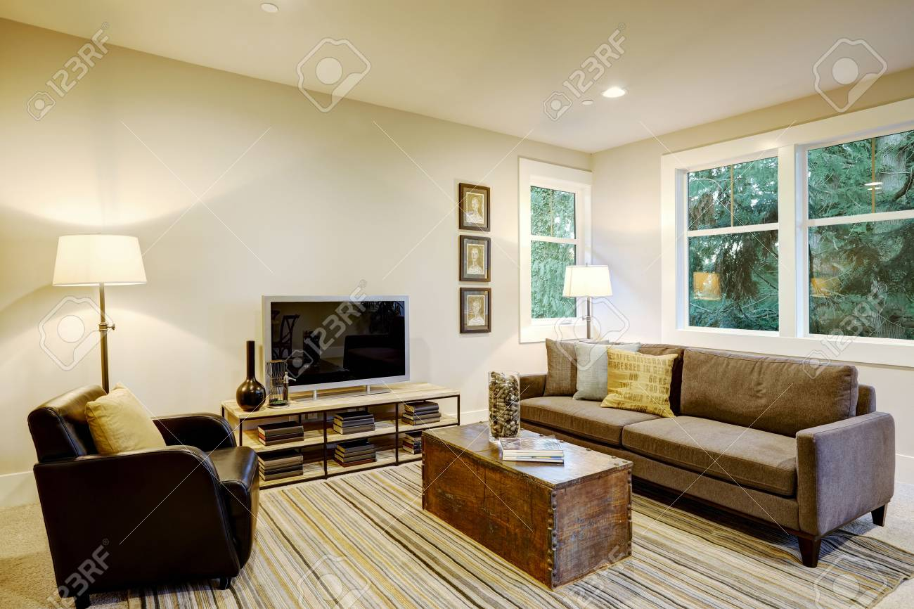 Strange Family Room Interior With Gray Sofa Facing A Black Leather Armchair Download Free Architecture Designs Scobabritishbridgeorg