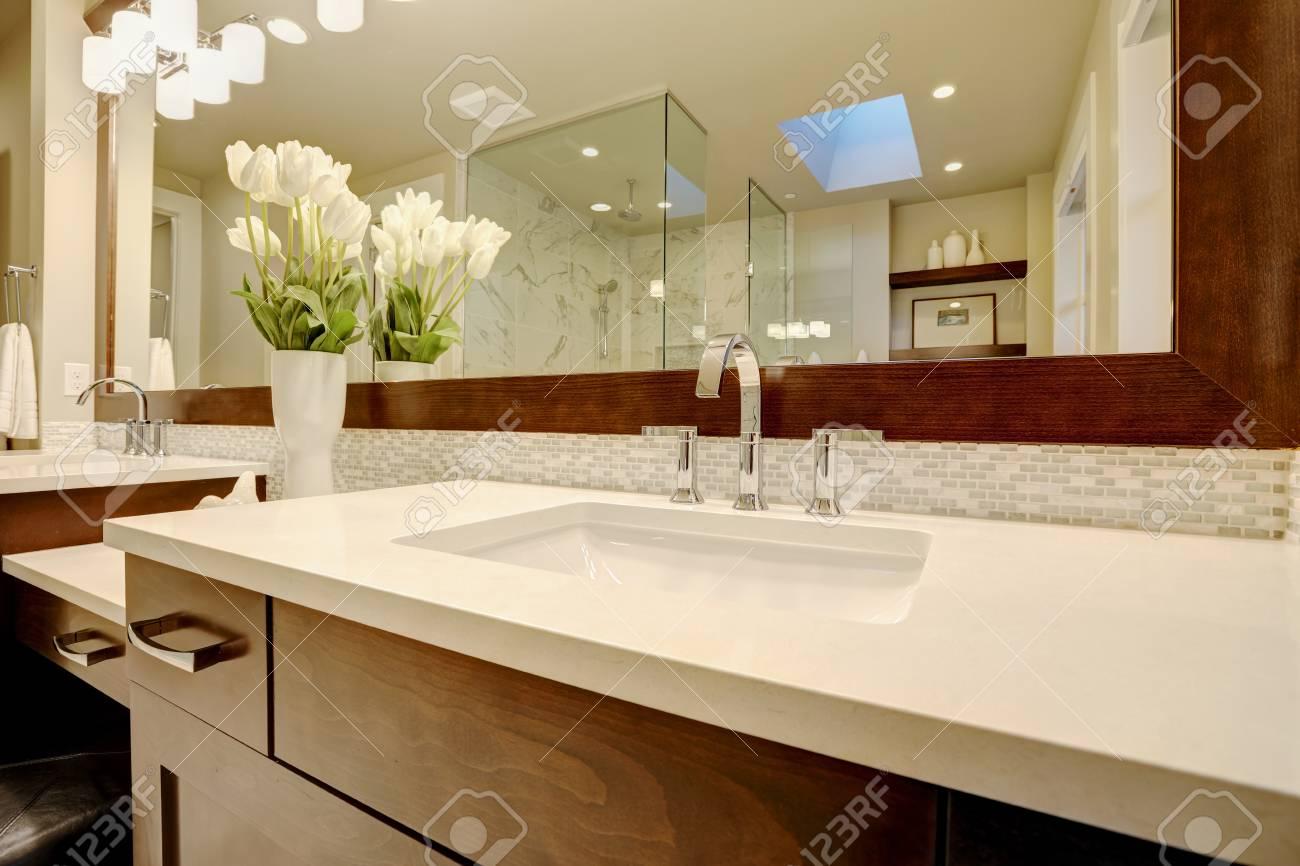 Bagno Marrone Scuro : Stunning bagno padronale vanta marrone scuro doppio lavabo vanità