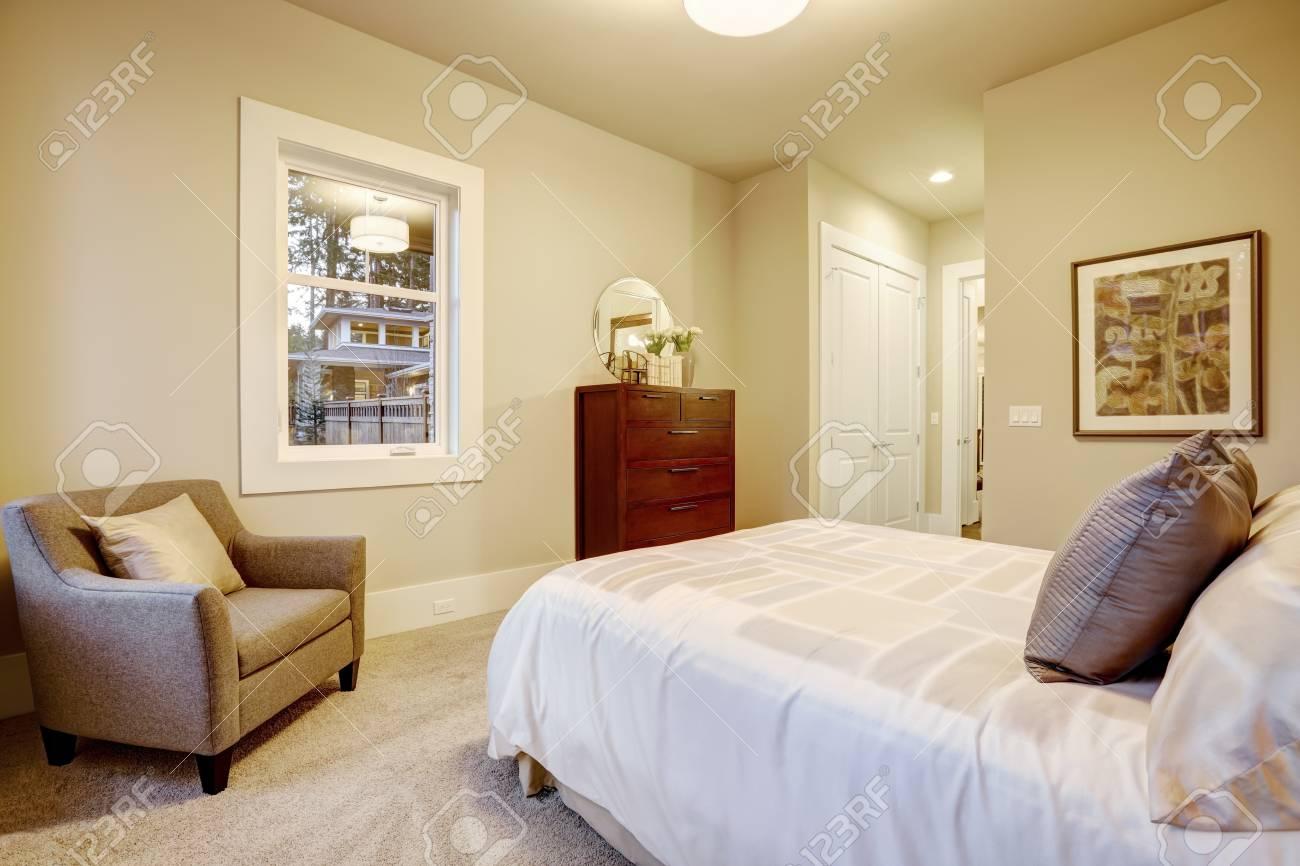 Natürliche Farben Schlafzimmer Interieur Mit Doppelbett Mit Blick ...