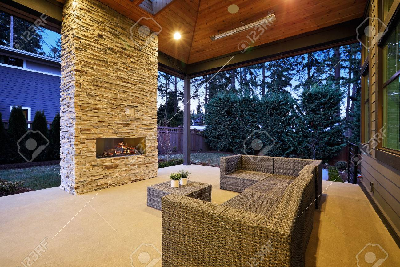 Chic, élégant caractéristiques de conception pont patio voûté plafond à  caissons avec puits de lumière sur un plancher au plafond gris cheminée en  ...