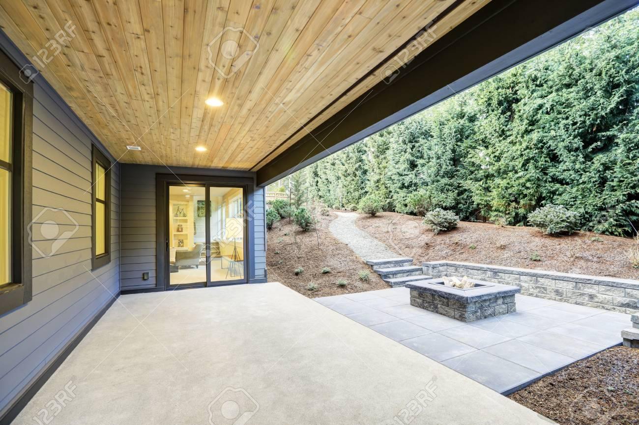 Extérieur De Maison Neuve De Luxe Avec Terrasse Couverte En Béton ...