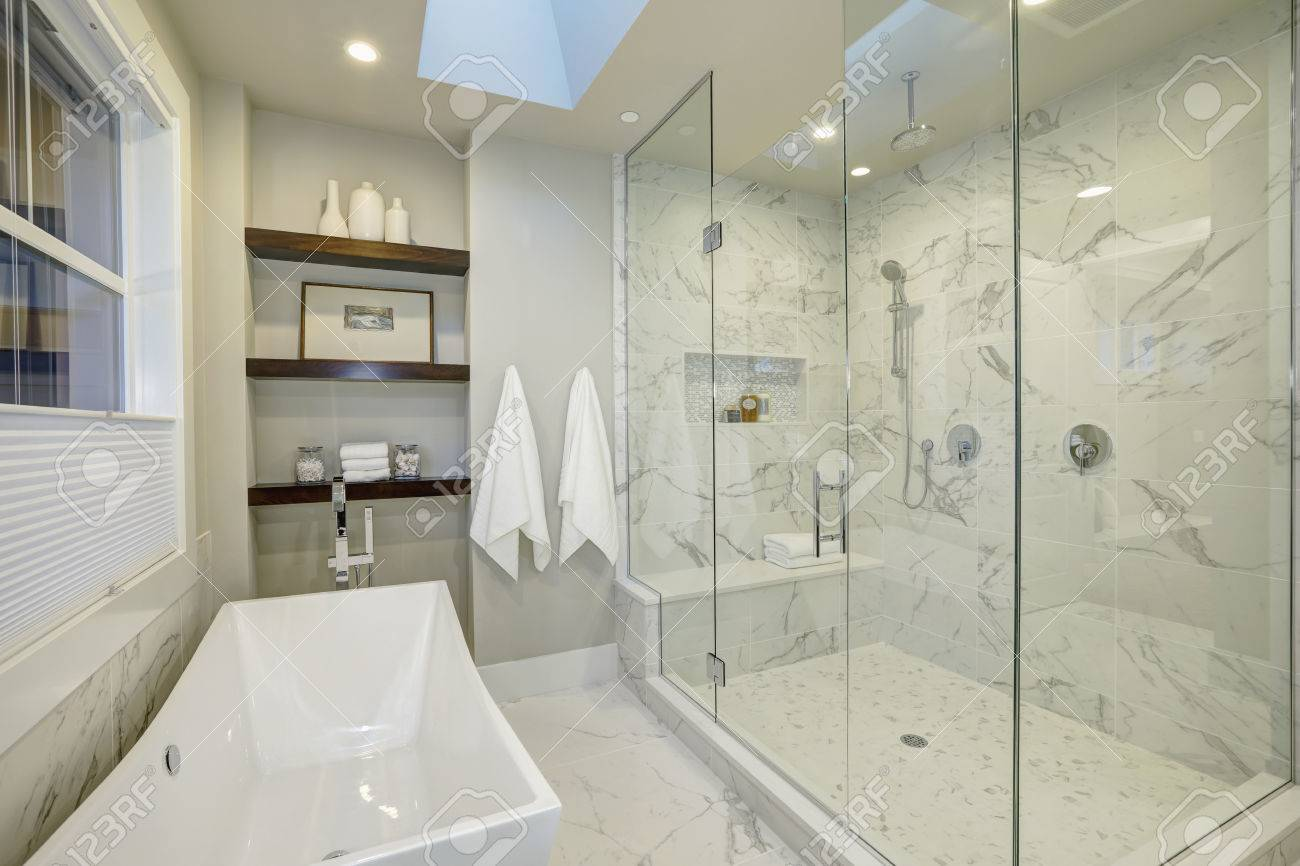 erstaunlich weißen und grauen marmor master-bad mit großen glas