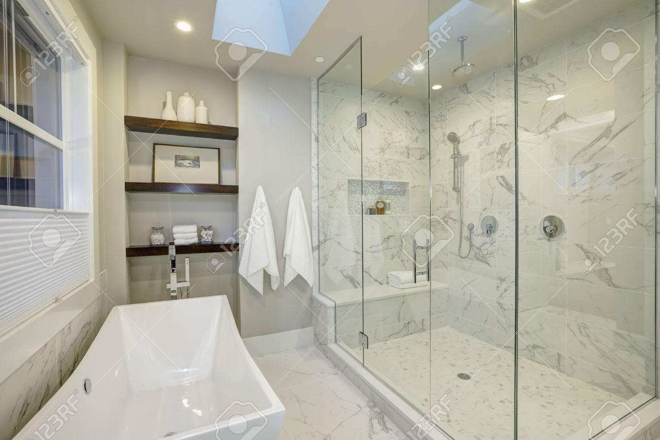 maître de bains en marbre blanc et gris incroyable avec une grande