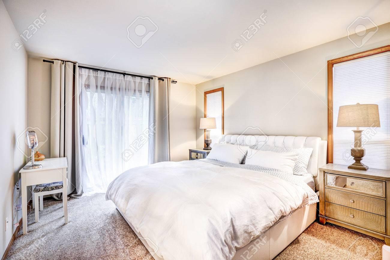 Gemütliche Schlafzimmer Interieur Verfügt über Weiß Tufting Kopfteil