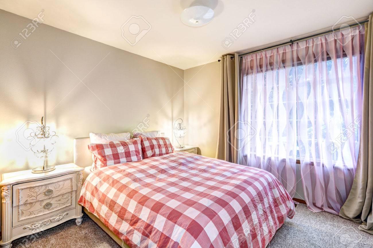 Chambre Taupe Et Rose intérieur belle chambre avec des murs beiges encadrant les fenêtres  habillées en taupe et rose rideaux aux côtés de lit recouvert de carreaux  rouges