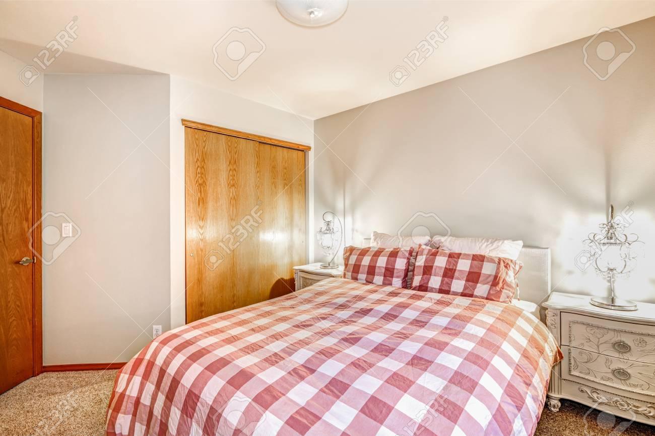 Schöne Schlafzimmer Interieur Mit Weichen Beige Wände Doppelbett In Rot  Bedeckt Framing Bettwäsche Checked Von Weißen