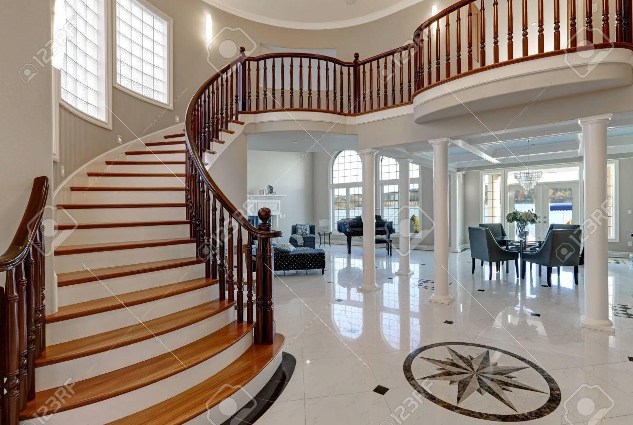 Conosciuto Stunning Spazioso Foyer D'ingresso A Due Piani Vanta Mosaico Di  TO55