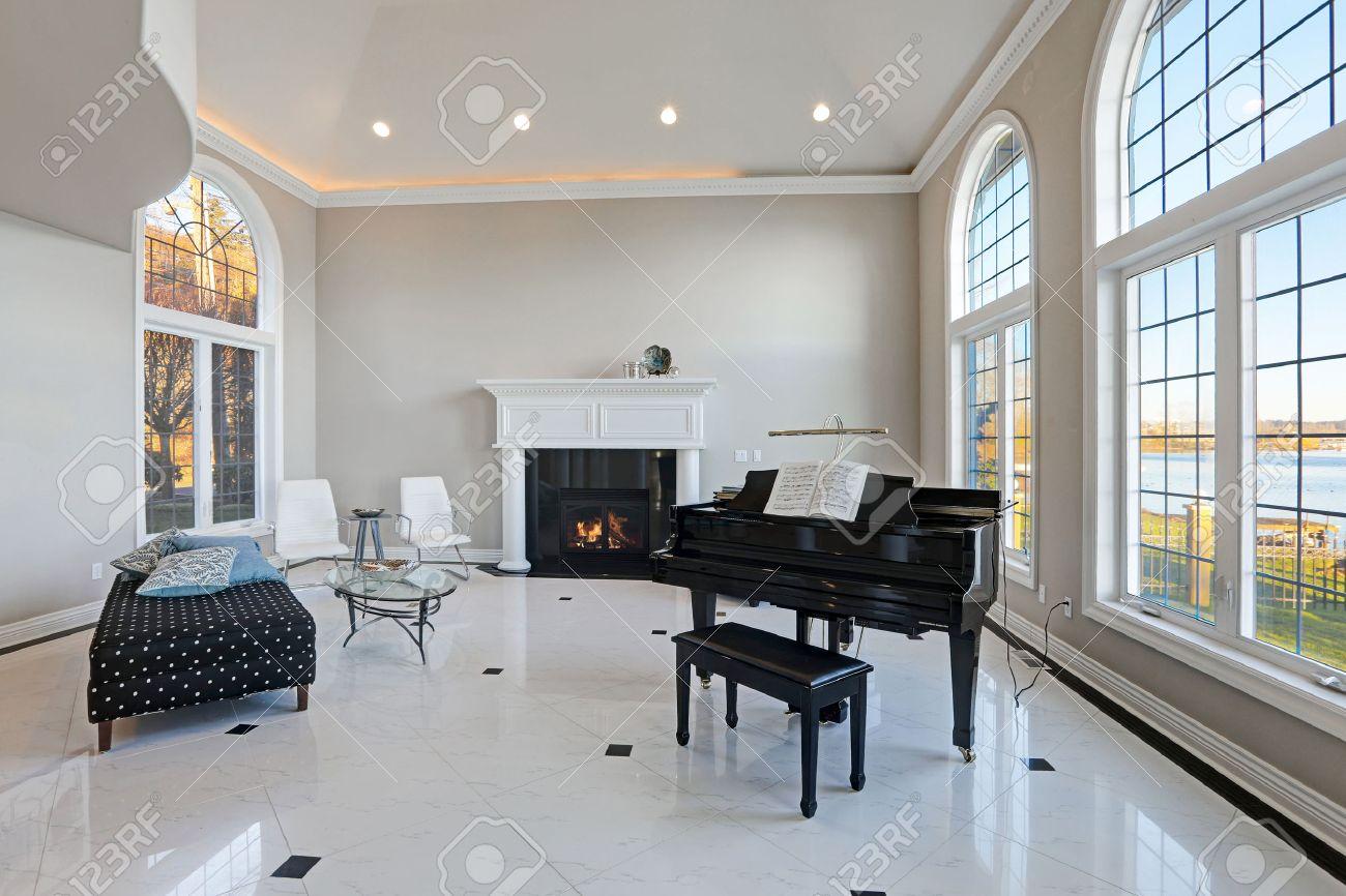 Pareti Soggiorno Beige : Lusso soffitto alto soggiorno è dotato di pareti color avorio