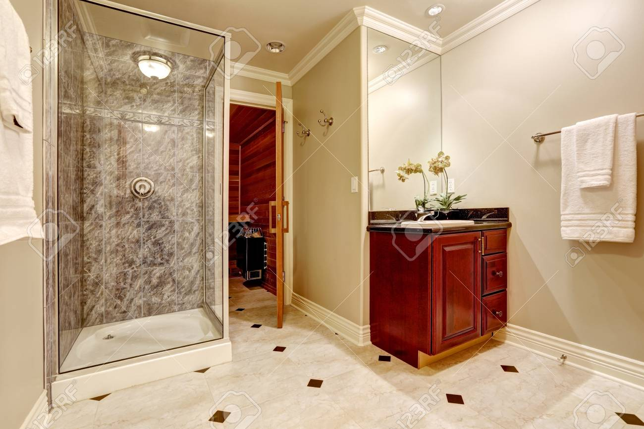 Bagni con piastrelle e mosaico. trendy doccia con mosaico e piatto