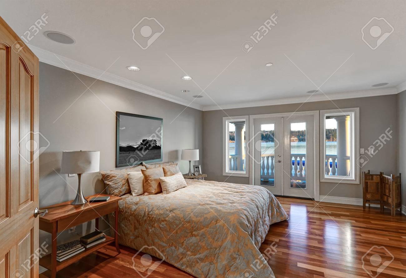 Chambre A Coucher Peinture Gris charmante chambre à coucher avec des murs gris pâle, une couleur de  peinture, un lit queen vêtu d'une literie floral bleue et grise et sortie  sur le