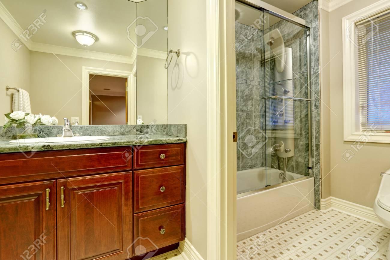 Design da bagno con pareti morbide e cremose mobiletto per il